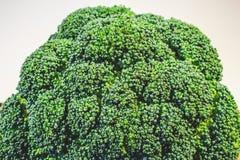 Brokkolikohl frisch auf einer Nahaufnahme des hölzernen Brettes stockbilder