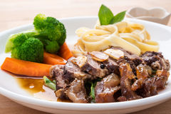 Brokkolirindfleisch mit Teigwaren Lizenzfreies Stockbild
