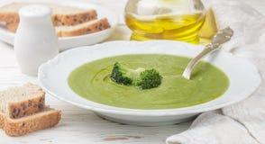 Brokkolisahnesuppe mit Olivenöl in einer weißen Platte Lizenzfreie Stockbilder