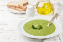 Brokkolisahnesuppe mit Olivenöl in einer weißen Platte Lizenzfreie Stockfotos