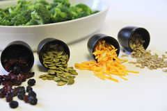 Brokkolisalatbestandteile Stockfotos