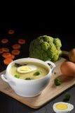 Brokkolisuppe mit Ei Lizenzfreies Stockfoto