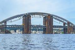 brokonstruktion över floden Tillfällig tankeskapelse royaltyfri bild
