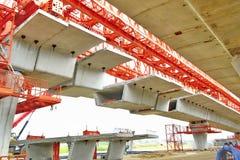 Brokonstruktion, askbalkar för den segmental bron som är klara för konstruktion, segment av den långa spännvidden, överbryggar as fotografering för bildbyråer
