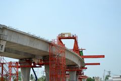 Brokonstruktion, askbalkar för den segmental bron som är klara för konstruktion, segment av den långa spännvidden, överbryggar as royaltyfri fotografi