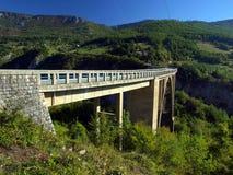 Brokonstruktion. Durdevica Tara bågbro i bergen, Royaltyfri Foto