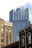 Bürokontrollturm mit alten Gebäuden. Stockbilder