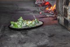 Brokuły z błękitnym serem i śmietanką w glinianym garnku zdjęcie stock