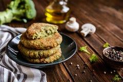 Brokułów hamburgery z pieczarkami fotografia stock
