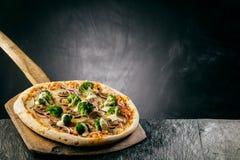 Brokułów, sera i pieczarki pizza, fotografia stock