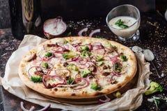 Brokuł pizza z kwaśnym kremowym kumberlandem zdjęcie stock