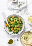 Brokuły, bani ciepła sałatka z couscous na lekkim tle, odgórny widok Jarski karmowy pojęcie, zdrowej diety styl życia Fotografia Royalty Free