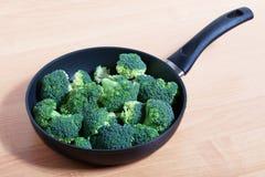 Brokuły na niecce. obraz stock