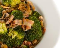 Brokuły smażeni z bekonem, cebulą i pieczarkami, Obrazy Royalty Free