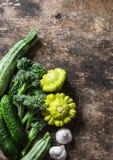 Brokuły, zucchini, kabaczek, czosnek, ogórki - świezi organicznie warzywa na drewnianym tle, odgórny widok Mieszkanie nieatutowy Obraz Stock