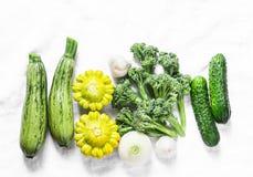 Brokuły, zucchini, kabaczek, czosnek, ogórki - świezi organicznie warzywa na lekkim tle, odgórny widok Mieszkanie nieatutowy Zdjęcie Stock