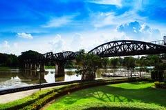 brokwai över floden Arkivbild