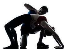 brolagledare som övar yoga för manpos.kvinna Arkivbild