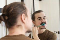 Broma de abril, cepillo de dientes coloreado Fotos de archivo