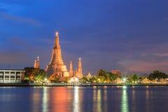 Broma Wat Arun de Pra con el cielo de la puesta del sol Fotos de archivo libres de regalías