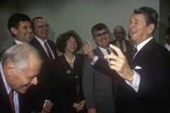 Bromas de presidente Ronald Reagan con los políticos y los reporteros Imágenes de archivo libres de regalías