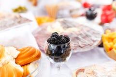 Brombeeren im Glas bei Tisch auf einem Hochzeitsfest Stockfoto