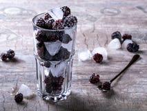 Brombeeren mit Eis in einem Glas Stockfoto