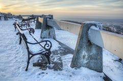 Bromeado - bench en el patio que pasa por alto el paisaje del invierno Liberec, Bohemia, República Checa Día soleado hermoso Foto de archivo libre de regalías