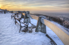 Bromeado - bench en el patio que pasa por alto el paisaje del invierno Liberec, Bohemia, República Checa Día soleado hermoso Imágenes de archivo libres de regalías