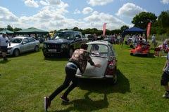 BROMLEY, LONDON/UK - 7 DE JUNIO: DESFILE de BROMLEY de VIAJAR EN AUTOMÓVILI ¡La demostración de coche clásica de un día más grand Imagen de archivo libre de regalías