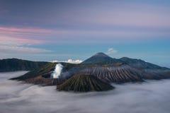 Bromo、Batok和塞梅鲁火山火山山在一个美好的早晨 图库摄影