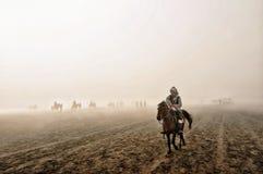 Bromo印度尼西亚山云彩马骑术上面  库存图片