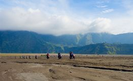 BROMO,印度尼西亚- 2O17 7月12, :步行由布罗莫火山决定上面的游人,活跃登上Bromo是一个  库存照片