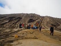 BROMO,印度尼西亚- 2O17 7月12, :步行由布罗莫火山决定上面的游人,活跃登上Bromo是一个  图库摄影