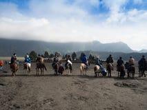 BROMO,印度尼西亚- 2O17 7月12, :步行由布罗莫火山决定上面的游人,活跃登上Bromo是一个  免版税库存照片