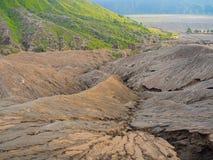 BROMO,印度尼西亚- 2O17 7月12, :步行由布罗莫火山决定上面的游人,活跃登上Bromo是一个  免版税库存图片