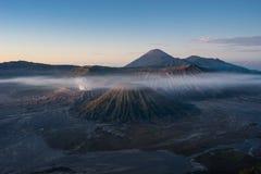 Bromo, Batok, βουνό ηφαιστείων Semeru ένα πρωί, ανατολική Ιάβα, Ι Στοκ Εικόνες