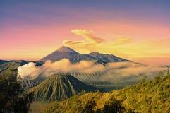 Bromo berg och rök Arkivfoto