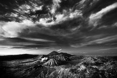 Bromo-Berg unter bewölktem Himmel stockfoto
