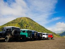 BROMO, INDONÉSIE - 12 juillet, 2O17 : Fermez-vous de beaucoup de jeeps garées dans une rangée avec le bâti Bromo dans le horizont Photographie stock