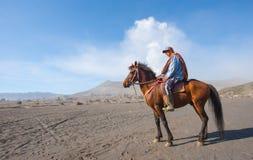 BROMO, INDONESIA - 13 de septiembre: Los trabajadores no identificados esperan el alquiler del caballo turistas en el soporte Bro Fotos de archivo