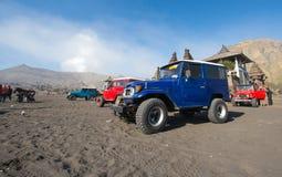 BROMO, INDONESIA - 13 de septiembre: Los trabajadores no identificados esperan el alquiler del jeep turistas en el soporte Bromo  Imagen de archivo libre de regalías