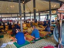 BROMO, INDONESIEN - 11. MÄRZ 2017: Die Künstlermusiker, die traditionelles Musikinstrument durchführen, nannten Jegog Suar Agung  Stockbild