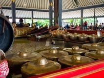 BROMO, INDONESIEN - 11. MÄRZ 2017: Die Künstlermusiker, die traditionelles Musikinstrument durchführen, nannten Jegog Suar Agung  Lizenzfreies Stockfoto