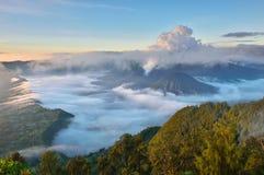 Bromo och Batok Volcanoes på soluppgång Arkivfoton