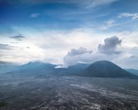 Bromo som får utbrott vulkan East Java Indonesien Royaltyfri Fotografi