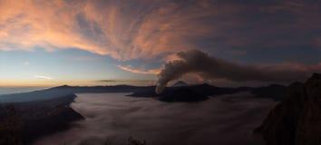 Bromo Volcano Eruption ad alba, Java, Indonesia fotografie stock libere da diritti