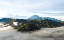 Bromo vulkan i Indonesien på ön av Java på gryning royaltyfri foto