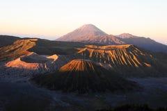 Bromovulkaan en zijn kraters Royalty-vrije Stock Foto's