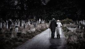Brompton,伦敦-年长夫妇沿坟园道路走  免版税库存照片